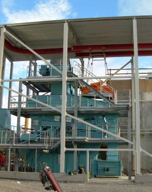 Szilárd biomassza rostáló és aprító-berendezés
