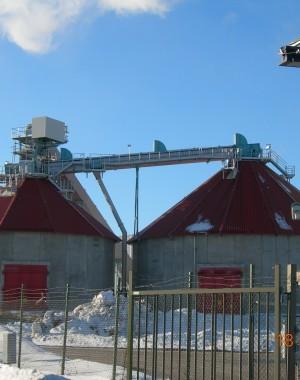 Szilárd biomassza tároló és visszaszedő berendezés