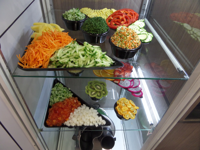 Különféle szeletelt zöldség és gyümölcs minták.