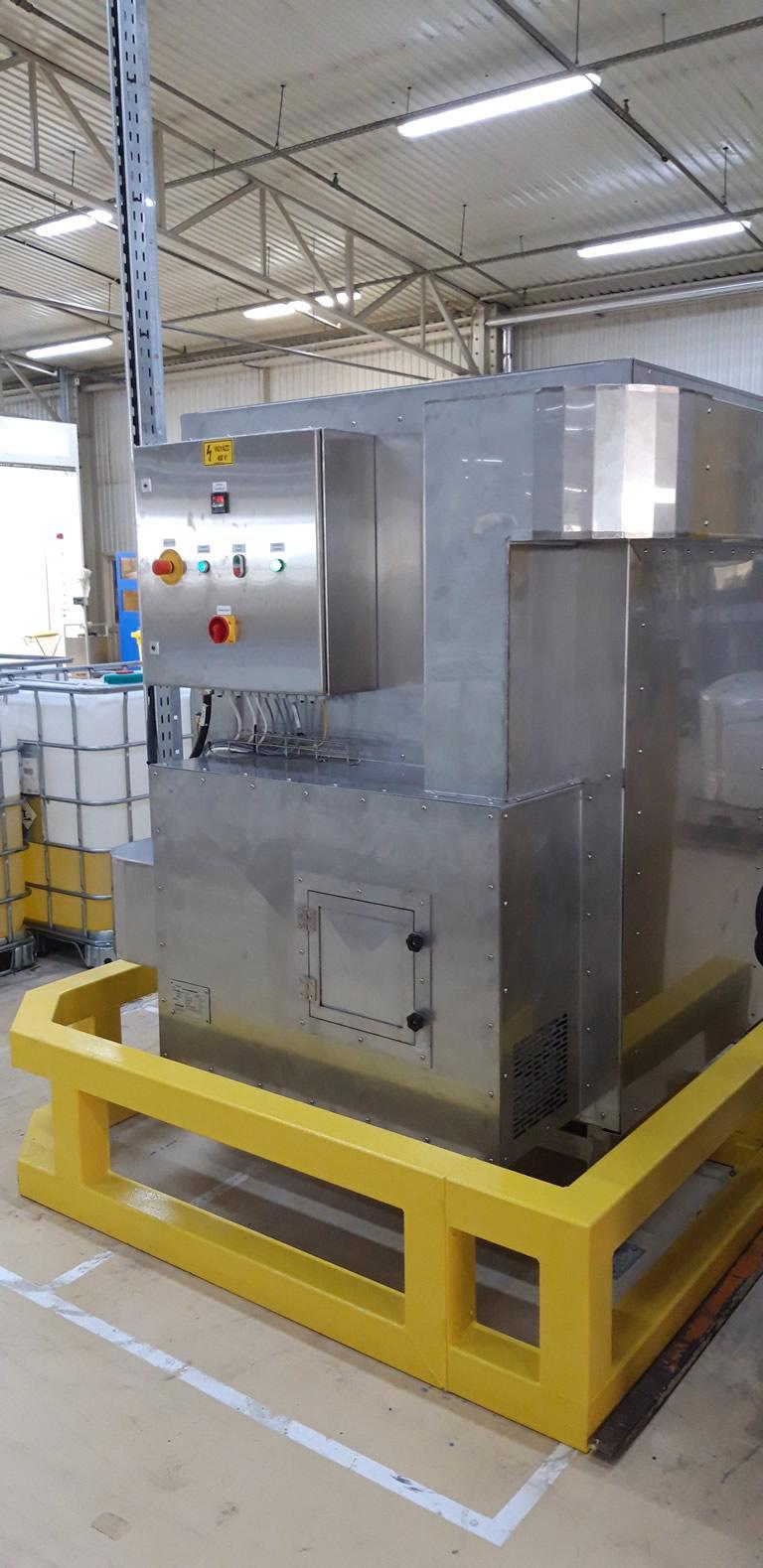 Hőntartó kamra hátoldala a vezérléssel, elektromos panelekkel